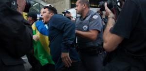Manifestante é detido na avenida Paulista, na área central de São Paulo, por violência e desacato a autoridade - Bruna Costa/Raw Image/Estadão Conteúdo - 11.mai.2016